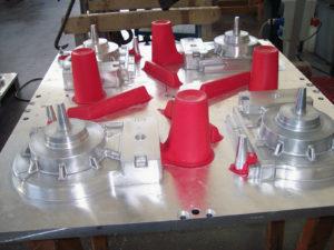 Particolari in alluminio posizionati su placca
