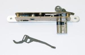La leva di invio di una serratura (sotto, nella foto) che un costruttore locale di serrature produce con uno stampo realizzato da RB Engineering