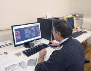 Roberto Bazzoli, fondatore e socio con la moglie della RB Engineering, sta ultimando uno stampo per un prodotto in lamiera
