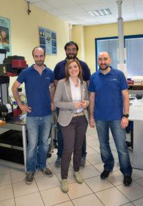 Barbara Gallo al centro, con alle spalle il marito Massimiliano Gamerro. A sinistra nella foto Alessio Canil, responsabile del reparto produttivo. A destra Davide Biglia, responsabile della metrologia