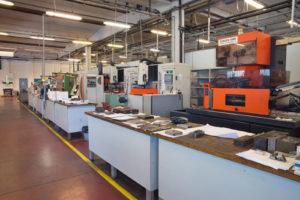 Tramite centri di lavoro a controllo numerico vengono effettuate tutte le lavorazioni necessarie alla produzione degli stampi