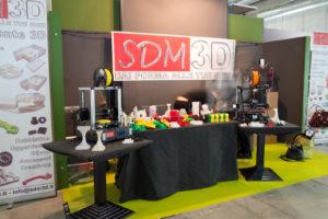 Uno dei pochi momenti, prima dell'apertura del padiglione, in cui lo stand di SDM 3D non era sommerso dai visitatori. Merito della stampante di loro produzione portata in fiera e delle decine di oggetti dea essa stampata visibili e toccabili