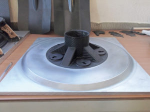 Fig. 7 - Stampo combinato alluminio-carbonio: esempio di come i materiali compositi siano entrati a far parte del settore dell'industria degli stampi, tipicamente realizzati in metallo