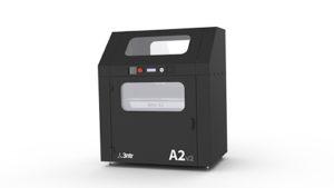 Questa stampante ha le stesse caratteristiche della 3ntr A4v3, ma ha un'area di lavoro tra le più generose del comparto dal momento che riesce a stampare oggetti fino a un formato di 61 per 35 per 50 centimetri.