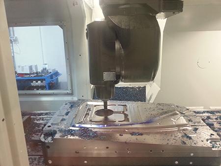 Fase di lavorazione dello stampo con frese Pico Maxi MMC-Hitachi Tool.