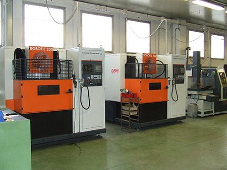 Un interno dell'officina di Bsa in cui spicca il primo piano delle tecnologie di elettroerosione con le macchine GF Machining Solutions.
