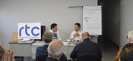 (da sinistra) Fabio Sangineto, responsabile vendite, insieme all'amministratore delegato Aydin Hanedar, durante una sessione di training di prodotto presso la sede di Nts Tech.