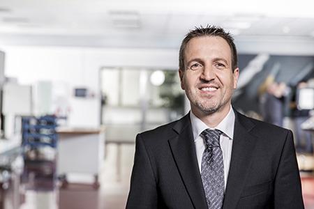 """Wolfgang Vötsch, Senior Product Manager per l'ambito Fresatura di Walter AG a Tübingen: """"In apposite verifiche sul campo con le frese M4000, abbiamo potuto dimezzare i costi del materiale da taglio per componente."""" Foto: Walter AG"""