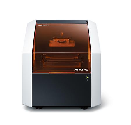 La nuova stampante 3D ARM-10 di Roland DG combina il processo di stereolitografia con quello di proiezione UV-LED.