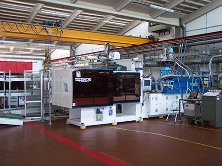 Reparti interni dell'azienda BVA, con sede a Ozzano Emilia, dove vengono svolte attività di realizzazione stampi e stampaggio di materie plastiche.