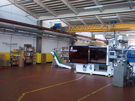Reparti di stampaggio, dove vengono impiegati gli stampi progettati in ufficio tecnico e realizzati in attrezzeria.