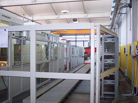 Gestiti da un sistema di asservimento automatico, i centri di lavoro CNC provvedono alle lavorazioni necessarie per la realizzazione degli stampi.