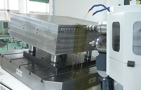 Dettaglio fase di filettatura su centro di foratura profonda e fresatura MF1250/2FL collaudato a luglio con lubrorefrigeranti Harolbio di Bellini.