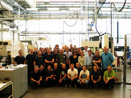Il team di Bitron Unità Stampi al completo: al centro in piedi, Piero Schellino Direttore di Bitron Unità Stampi, mentre in basso a destra Diego Lo Curto, responsabile della industrializzazione.