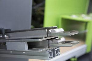 Le pastiglie di Liquidmetal vengono alimentate da un vibratore e poi inserite, con il robot ENGEL viper, nella camera di fusione della pressa.