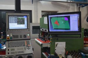 Ogni macchina utensile è munita in Romec di monitor per visualizzare modelli 3D, percorsi utensile e commessa da lavorare.