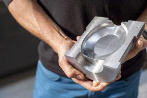 Alcuni degli stampi che NAT VIDREIRA lavora, richiedono una fase di sviluppo di due o tre mesi, dal momento in cui si crea il design in SolidWorks al momento in cui si avvia la produzione dei flaconi