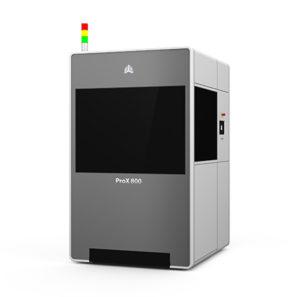 Stampante di produzione di livello industriale, la ProX 800 di 3D Systems consente di creare prototipi con elevato livello di dettaglio e anche modelli per fusione e per stampaggio a iniezione. Usa la stereolitografia.