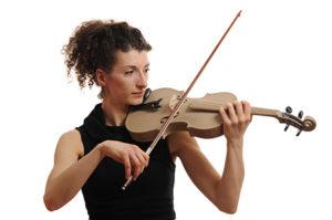 Questo violino è stato stampato con una Eosint P800 di EOS, stampante 3D che sfrutta la tecnologia di sinterizzazione laser di materiali plastici. In questo caso il materiale impiegato è il Peek, un tecnopolimero ad elevatissime prestazioni