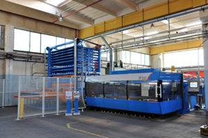 Impianto di taglio laser 2D con torre di alimentazione automatica presente nell'officina di Borgone di Susa (TO)