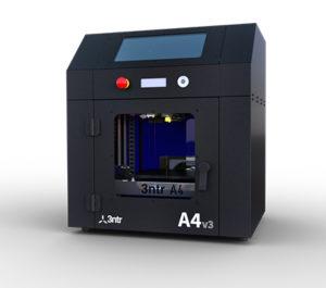 Il modello A4v3 di 3ntr è un tipico esempio di stampante 3D da scrivania che, a un prezzo medio-basso, consente di creare prototipi estetici e funzionali con materiali che spaziano dall'ABS al PLA. Impiega la tecnologia FDM.
