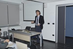 """l prof. Massimiliano Annoni durante la fase introduttiva del seminario """"Fresatura del metallo duro"""" svoltosi al Politecnico di Milano."""