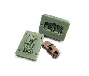 Questo stampo e l'oggetto di plastica stampato a iniezione con esso sono un esempio di quello che Stratasys mostrerà a Mecspe nel suo stand.