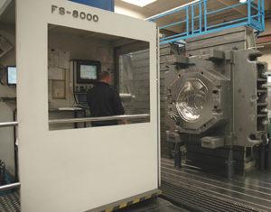 Centro di fresatura a montante mobile Soraluce FS 8000, equipaggiato con testa automatica.
