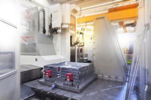 Tutte le lavorazioni meccaniche vengono eseguite con macchine utensili a controllo numerico, direttamente collegate alla progettazione, grazie a programmi gestionali avanzati (nella foto fresatrice a Montante Mobile FPT).