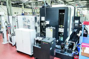 Centro di fresatura MAKINO D500 con Robot System EROWA, stazione di carico e magazzini pezzi.
