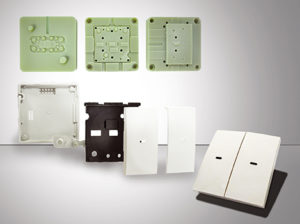 Stampi a iniezione realizzati in 3D con tecnologia Stratasys (in verde) utilizzando la plastica ABS digitale; sotto viene mostrato il risultato finale ottenuto assemblando i diversi componenti