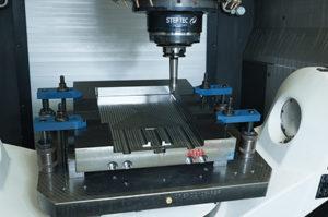 Dettaglio di lavorazione stampo su centro di fresatura Mikron HPM 800U.