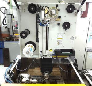 L'area di lavoro e il meccanismo AWF di infilaggio del filo della macchina Robocut Alpha-C400iA.