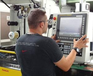 Operatore in fase di programmazione dell'elettroerosione grazie al CNC Fanuc 31i-WB.