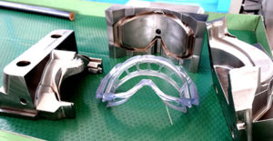 Altro stampo realizzato dalla Officina Meccanica Mastrotto; al centro il manufatto stampato (maschera in silicone).
